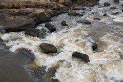 Río que fluye sobre rocas a través del parque nacional de Kruger Fotos de archivo