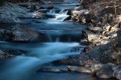 Río que fluye suave con las rocas Fotos de archivo libres de regalías