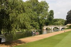 Río que lleva en batea con el puente Fotografía de archivo