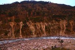 Río que pasa a través debajo de las rocas montañosas foto de archivo