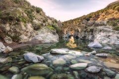 Río que pasa a través del puente Genoese en Asco en Córcega imagen de archivo libre de regalías