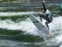 Río que practica surf consiguiendo el aire Imagen de archivo