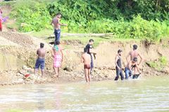 Río que se baña por los muchachos locales imágenes de archivo libres de regalías