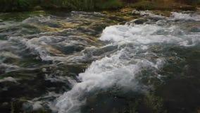 Río rápido de la montaña metrajes