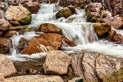 Río rápido de la montaña en las rocas Foto de archivo libre de regalías