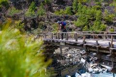 Río rápido de las montañas del paisaje que camina Himalaya Fondo de madera de la estación de verano del final del puente de la he Foto de archivo