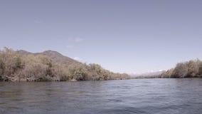 Río rápido en Kamchatka metrajes