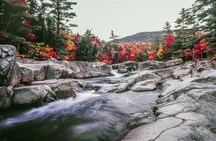 Río rápido en otoño en las montañas blancas Foto de archivo libre de regalías