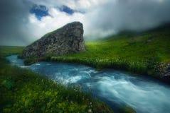Río rápido hermoso que fluye en la luz de la mañana, brumosa, estación de verano Fotografía de archivo