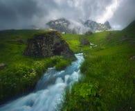 Río rápido hermoso que fluye en la luz de la mañana, brumosa, estación de verano fotos de archivo libres de regalías