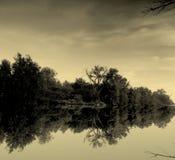 Río reflexivo del verano Foto de archivo libre de regalías