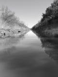 Río reflexivo tranquilo Imágenes de archivo libres de regalías