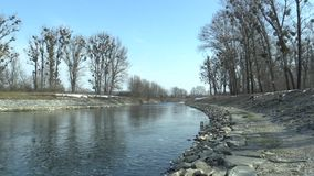 Río regulado Morava con las piedras grandes y los bancos concretos, cada vez mayores, inundación constructiva de las medidas de l almacen de metraje de vídeo