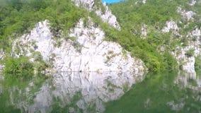 Río rocoso de Drina de la costa almacen de metraje de vídeo