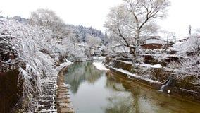 Río rodeado con nieve Foto de archivo libre de regalías