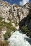 Río rugoso de la montaña al aire libre Imagenes de archivo