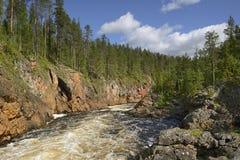 Río salvaje con las orillas rocosas Foto de archivo libre de regalías