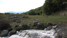 Río salvaje en Bulgaria almacen de metraje de vídeo