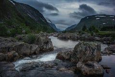 Río salvaje en el valle rocoso de Noruega Foto de archivo