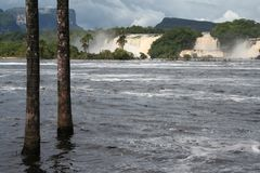 Río salvaje que forma el lago y la cascada imagen de archivo libre de regalías