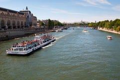 Río Sena Con la nave de los turistas en París Fotografía de archivo