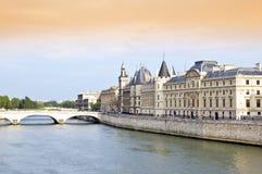 Río Sena y puente foto de archivo