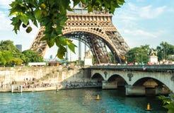 Río Sena y torre Eiffel en París Francia Foto de archivo