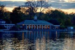 Río serpentino del lago en Hyde Park, Londres, Reino Unido Foto de archivo libre de regalías
