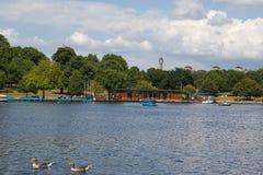 Río serpentino del lago en Hyde Park, Londres, Reino Unido Foto de archivo