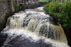 Río sin embargo la ciudad de los valles de Hawes Yorkshire; Inglaterra imagenes de archivo