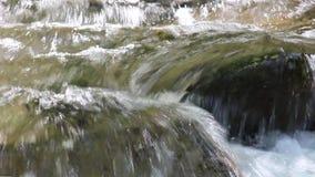 Río sobre Petrich - en primer Luda Mara es un vídeo corto del agua del río almacen de metraje de vídeo