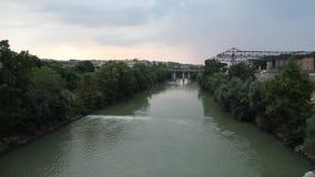 Río Tíber en Roma, y puente de la industria almacen de metraje de vídeo