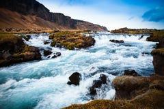 Río tempestuoso de la montaña en el paisaje abandonado pedregoso severo de Fotos de archivo