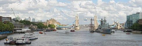 Río Thames, piscina de Londres, hacia el puente de la torre Imagen de archivo libre de regalías