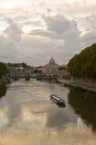 Río Tiber en la oscuridad Fotos de archivo
