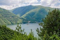 Río tranquilo ancho que corre a través de las colinas boscosas verdes en Bulgaria meridional Fotos de archivo libres de regalías