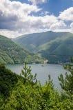 Río tranquilo ancho que corre a través de las colinas boscosas verdes en Bulgaria meridional Imagenes de archivo