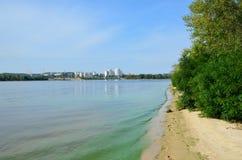 Río tranquilo con riverbank verde Foto de archivo libre de regalías