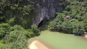 Río tranquilo en la entrada a excavar y templo en vista de pájaro de la colina metrajes