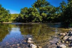 Río tranquilo escénico Fotos de archivo libres de regalías