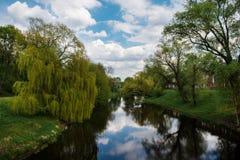 Río tranquilo y bancos verdes fotografía de archivo