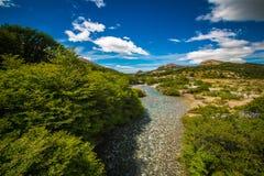 Río transparente con una parte inferior de piedra en el valle Shevelev Foto de archivo