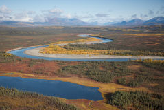 Río a través de un valle Foto de archivo libre de regalías