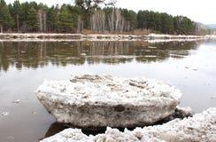 Río varado después de una masa de hielo flotante Kahn de la deriva del hielo Fotos de archivo libres de regalías