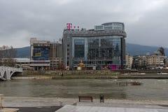 Río Vardar que pasa a través de la ciudad del centro de Skopje, el República de Macedonia Fotos de archivo libres de regalías