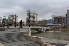 Río Vardar que pasa a través de la ciudad del centro de Skopje, el República de Macedonia Imagen de archivo libre de regalías