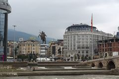Río Vardar que pasa a través de la ciudad del centro de Skopje, el República de Macedonia Imágenes de archivo libres de regalías