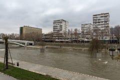 Río Vardar que pasa a través de la ciudad del centro de Skopje, el República de Macedonia Imagen de archivo