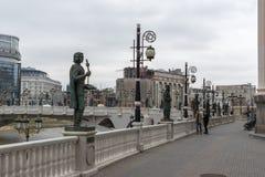 Río Vardar que pasa a través de la ciudad del centro de Skopje, el República de Macedonia Imagenes de archivo