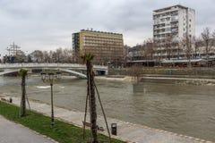 Río Vardar que pasa a través de la ciudad del centro de Skopje, el República de Macedonia Fotografía de archivo
